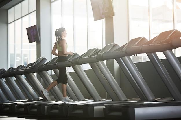 Donna allenamento da solo in palestra