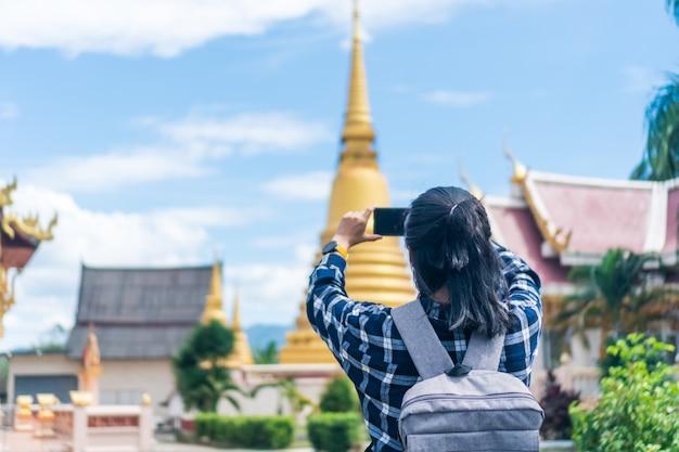 La donna viaggia in tutto il mondo con il concetto di libertà dello zaino.