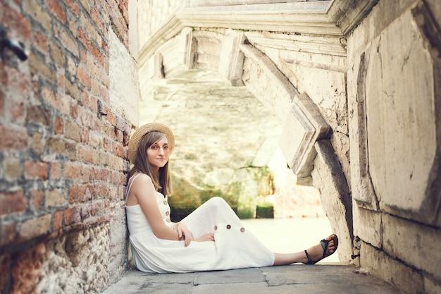 La donna viaggia in italia vacanza in europa fashion girl scatta foto sul ponte panoramico del canal grande