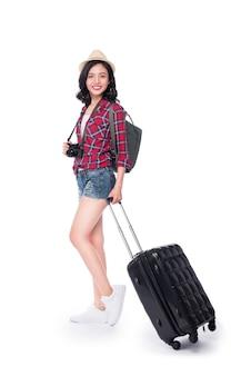 Viaggio della donna. giovane bella donna asiatica viaggiatrice con valigia e macchina fotografica su sfondo bianco