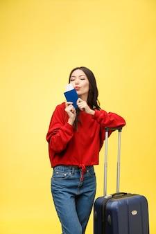 Viaggio della donna. viaggiatore di giovane bella donna asiatica con la valigia e il passaporto