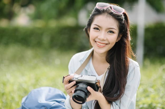 Viaggio di stile di vita del fotografo del viaggiatore della donna