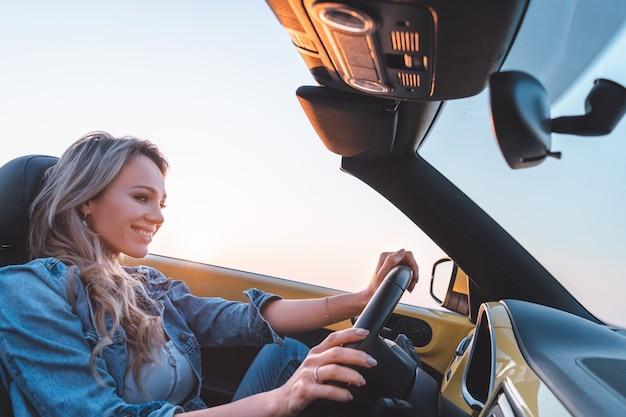 La donna che viaggia in macchina insieme