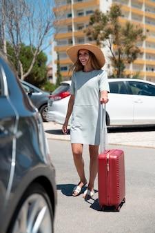 Donna che viaggia con la sua auto