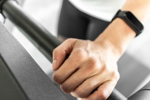 Donna sul tapis roulant. concetto di parte del corpo della donna e allenamento.