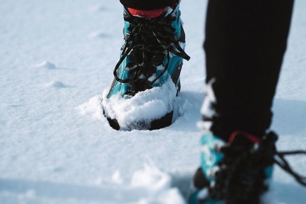 Donna che fa trekking con gli scarponi da neve
