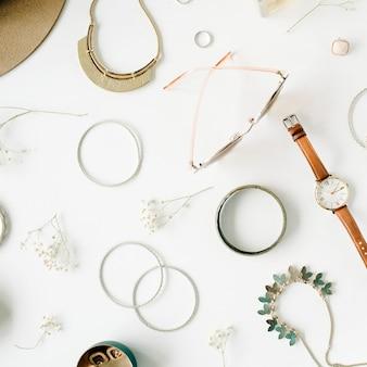 Disposizione di accessori moda alla moda donna su bianco
