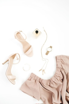 Collage di vestiti e accessori moda donna alla moda su bianco