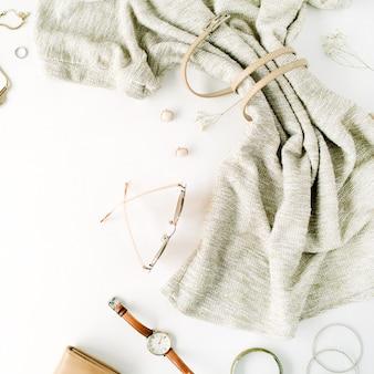 Collage di vestiti di moda alla moda donna su bianco