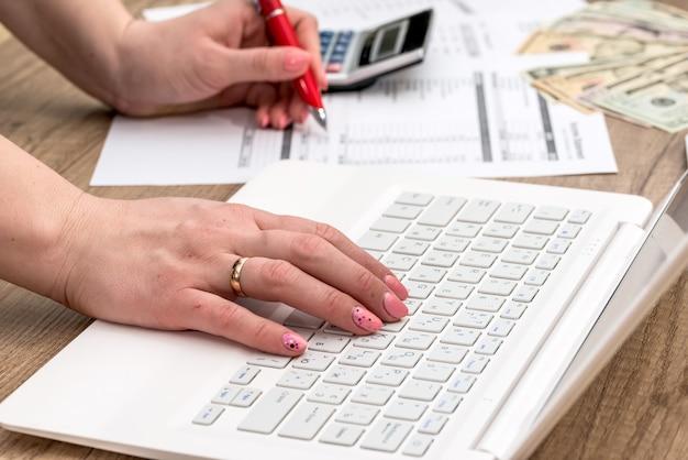 Donna che digita sul computer portatile, facendo il lavoro