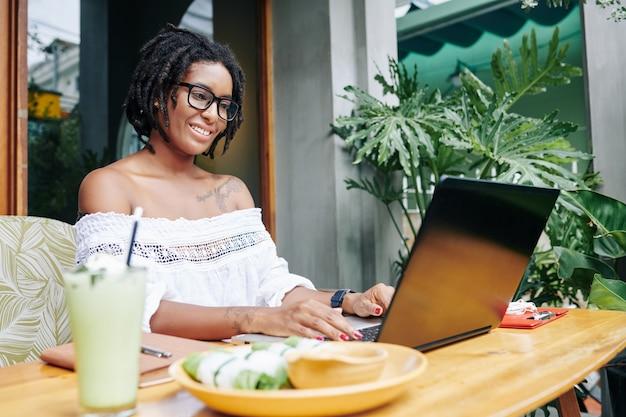 Donna che digita sul computer portatile