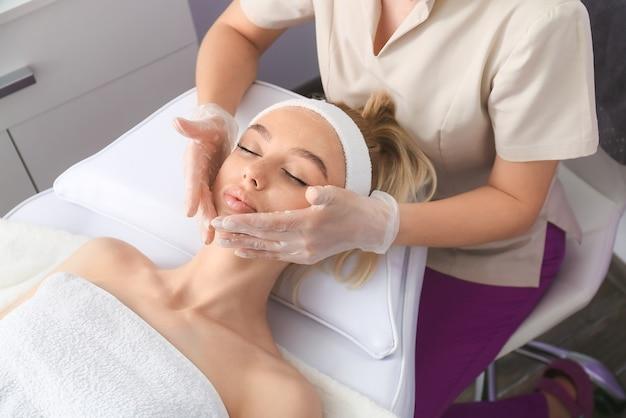 Donna in fase di procedura cosmetica nel salone di bellezza