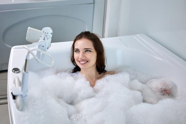 La donna usa il supporto per smartphone a mani libere in bagno