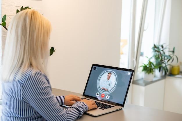 La donna usa il computer portatile. lavoro di processo di ricerca degli studenti. giovane donna di affari che lavora all'ufficio moderno di avvio creativo. analizzare le azioni di mercato, nuova strategia.