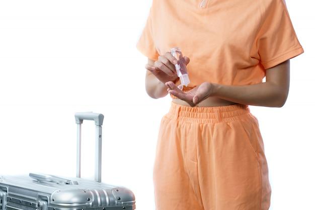 Donna che utilizza gel alcol o gel disinfettante pulito