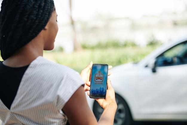Donna che utilizza l'app di car sharing