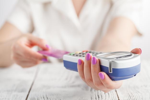 Donna che usando credito crad per pagare