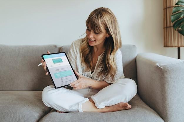Donna che utilizza un tablet digitale durante la quarantena del coronavirus