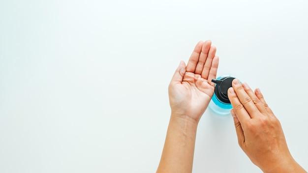 Donna che usando disinfettante per le mani