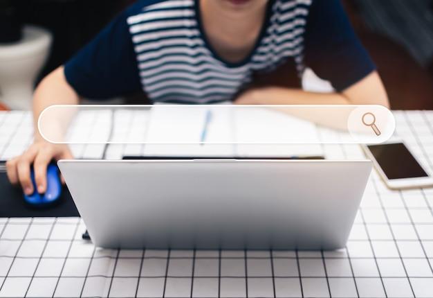 Donna che utilizza un computer portatile per cercare informazioni con la schermata della barra del motore di ricerca