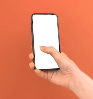 Donna che utilizza il modello del telefono cellulare su sfondo colorato pesca arancione, copia spazio foto
