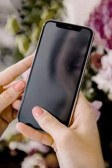 Donna che utilizza uno schermo mobile