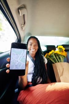 Donna che utilizza l'app di navigazione