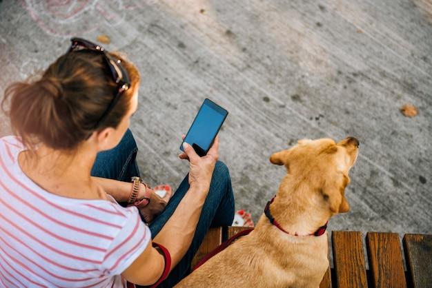 Donna che utilizza telefono nel parco