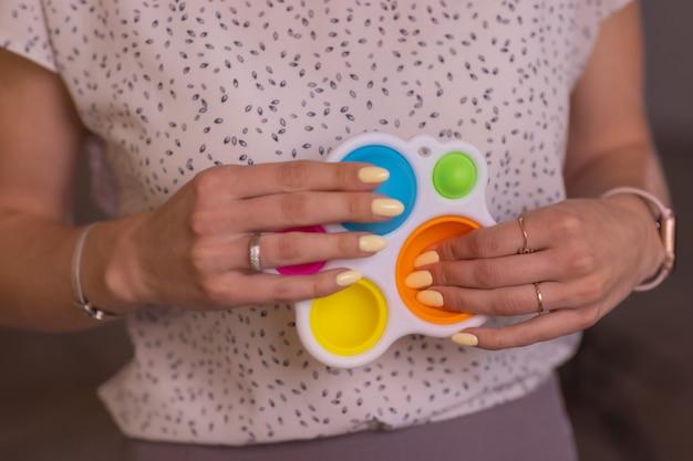 Donna che utilizza il primo piano del giocattolo di pop it fidget.
