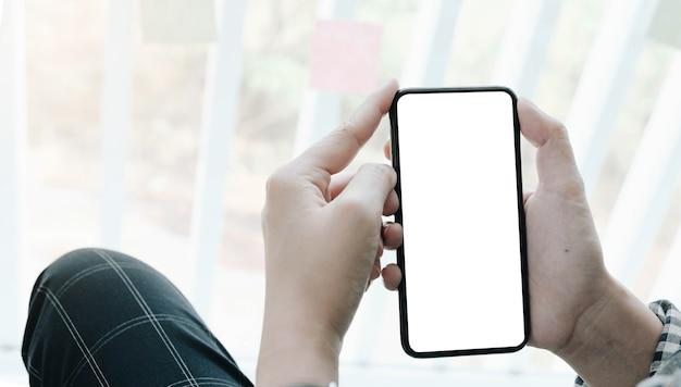 Donna che utilizza smartphone. cellulare con schermo vuoto per montaggio di display grafico. servizio di networking.