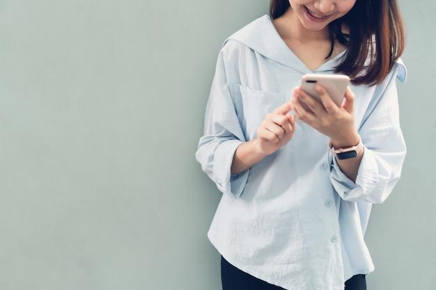 Donna che utilizza smartphone, durante il tempo libero.