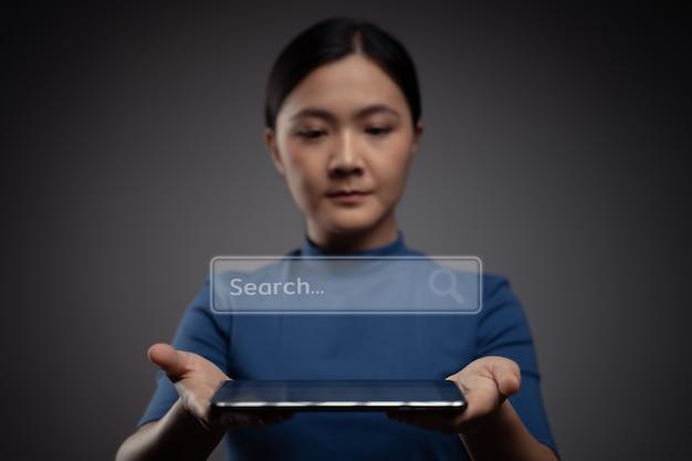 Donna che utilizza tablet per la ricerca con l'icona del browser ologramma effec