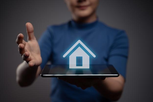 Donna che utilizza tablet che mostra con effetto ologramma icona home