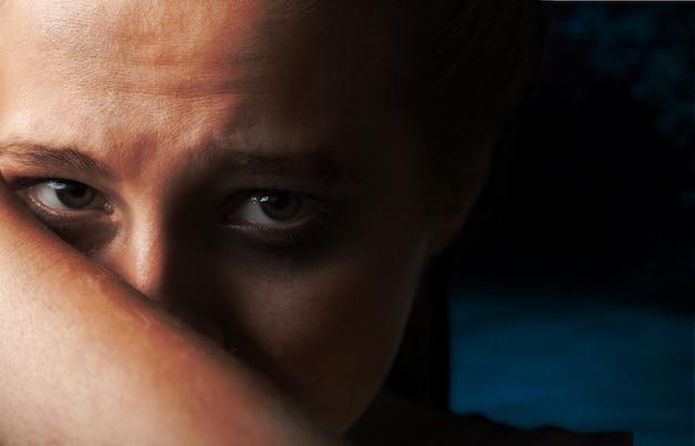 Donna vittima di violenza domestica e aggressione