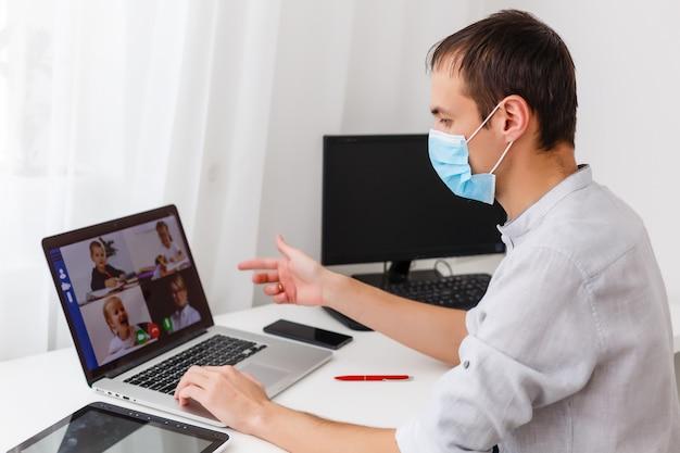 Videoconferenza della donna con il tutor sul computer portatile a casa. concetto di formazione a distanza.