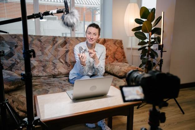 Vlogger donna in streaming online sui social media. utilizzo di microfono e videocamera a casa