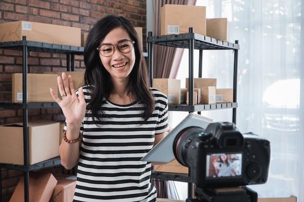 Vlogging della donna davanti allo scaffale dei pacchetti