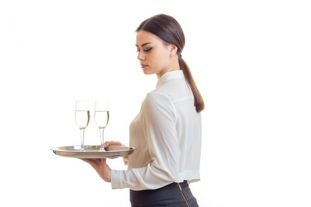 Cameriere donna con un bicchiere di vino su un vassoio isolato su bianco