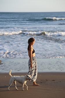 Donna che cammina vicino al mare