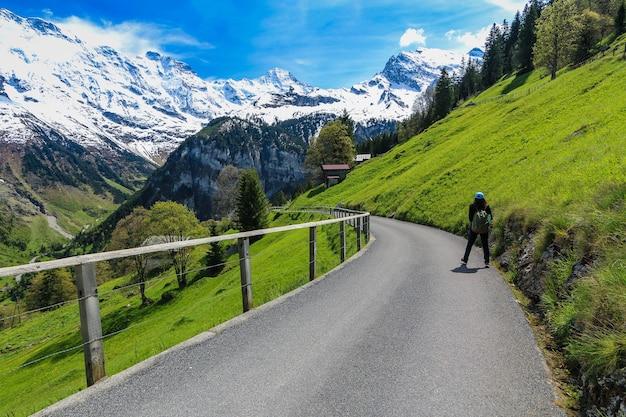 Donna che cammina sulla strada a gimmelwald e villaggi di mürren in svizzera