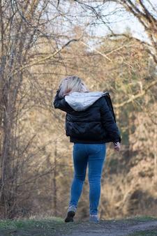 Donna che cammina sulla foresta di primavera