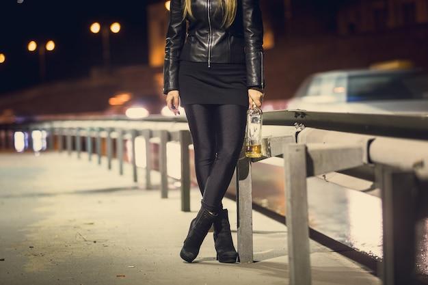 Donna che cammina con una bottiglia di whisky in autostrada?