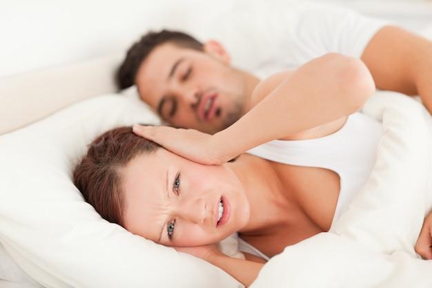 Donna che non vuole sentire il russare