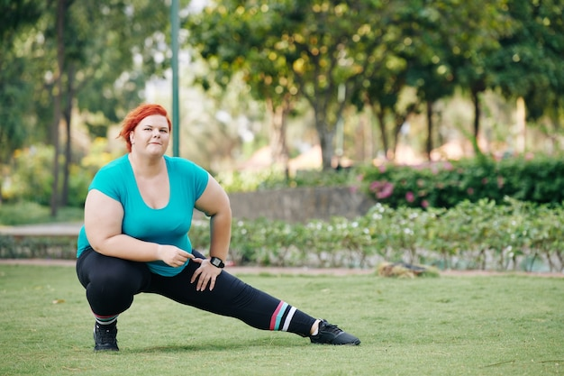 Donna in fase di riscaldamento nel parco