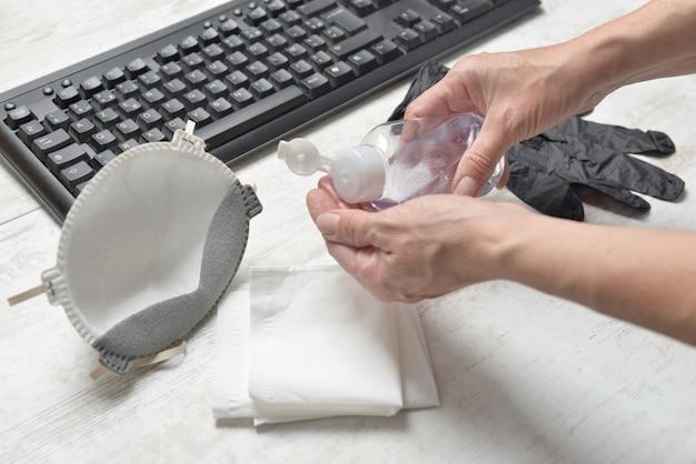Donna che si lava le mani con gel idroalcolico all'ufficio
