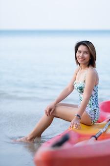 Una donna che indossa una ragazza sexy del ritratto del bikini