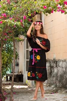 Donna che indossa abito nero con fiori