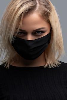 Donna che indossa la maschera facciale nera