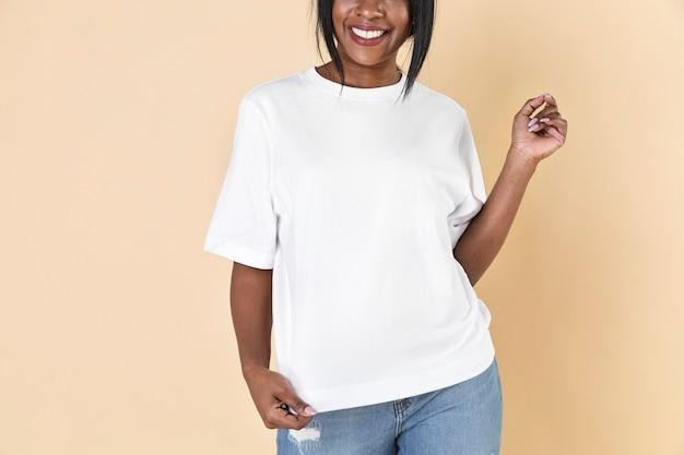 Donna che indossa una maglietta bianca vuota e jeans blank