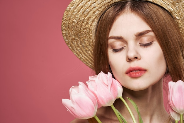 Donna che indossa un mazzo di fiori cappello fascino regalo sguardo attraente. foto di alta qualità